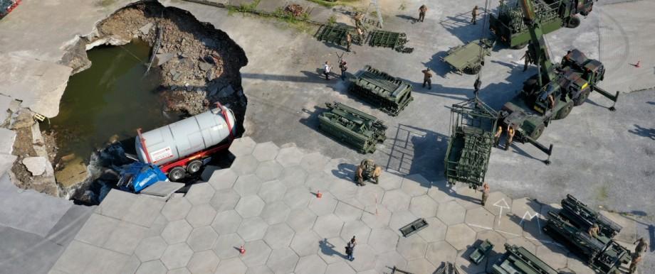 Bundeswehrsoldaten bauen Behelfsbrücke auf Speditionsgelände