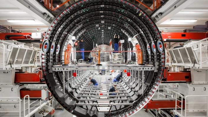 Luftfahrt: Produktion bei Premium Aerotec. Airbus will womöglich zwei Werke der Tochter in Augsburg und Varel verkaufen.