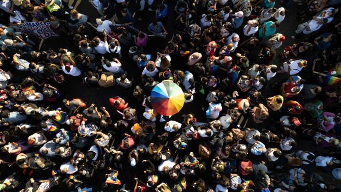 """Mark Gevissers Buch """"Die pinke Linie"""": Weltweiter Kampf um Anerkennung: LGBTQI+ Pride Parade im mexikanischen Tijuana am 19. Juli."""