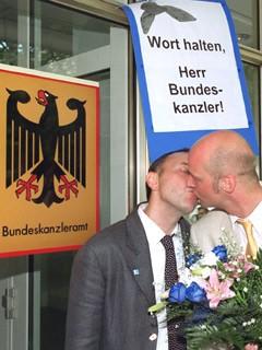 Homosexuelles Paar vor dem Bundeskanzleramt