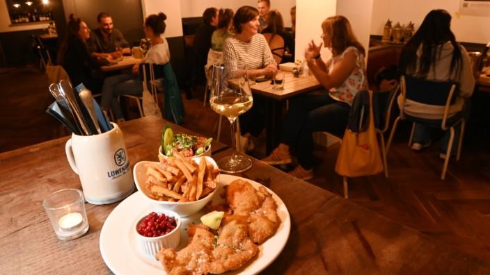 Spezlwirtschaft: Das Wiener Schnitzel für 22 Euro ist zart, die Panade recht fettig.