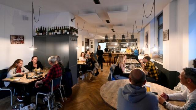 Spezlwirtschaft: Die Atmosphäre in der Spezlwirtschaft liegt irgendwo zwischen Berliner Hipstertum und bairischer Gefühligkeit.
