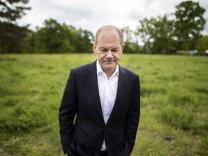 Olaf Scholz, Kanzlerkandidat der SPD, aufgenommen im Rahmen eines Besuches einer Brachflaeche zur Vorstellung von Plaene