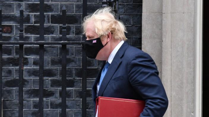 Corona in Großbritannien: Premierminister Boris Johnson mit Maske vor Downing Street 10