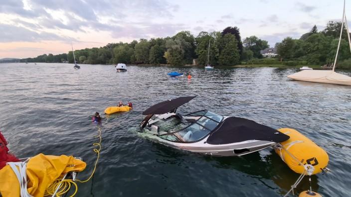 Berg: Der erste Hebesack für das sinkende Motorboot ist bereits gefüllt, den zweiten bereiten Taucher der Wasserwacht vor.