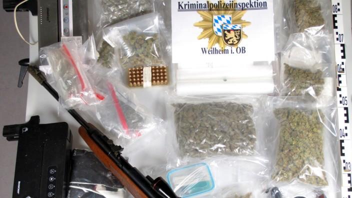 Berg: In der Wohnung des verdächtigen Mannes entdecken die Rauschgiftfahnder unter anderem Marihuana, Messer, ein Gewehr und Munition.