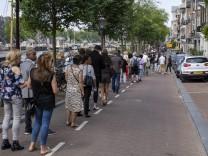 Niederlande, Anteilnahme nach Tod von Journalist Peter de Vries in Amsterdam AMSTERDAM, 21-07-2021, Peter de Vries memor