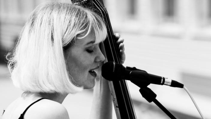 """Band der Woche: """"Ich bin einfach immer begeistert von Frauen, die Musik machen und die das irgendwie durchziehen. Weil ich weiß, wie hart das ist"""", sagt Loni Elle."""