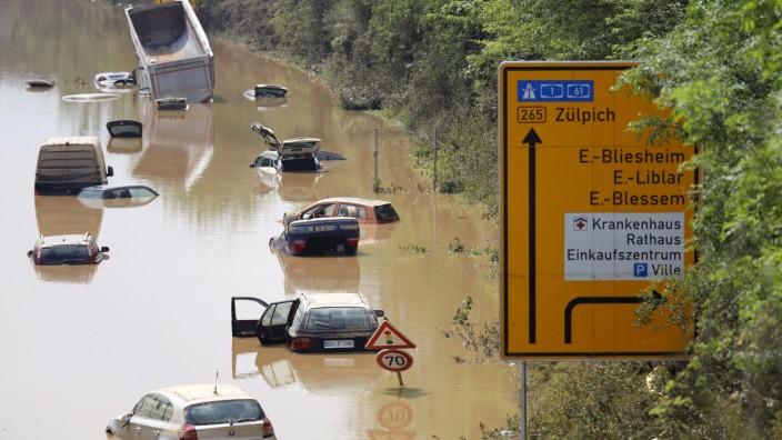 Hochwasser in Deutschland 2021: Die B256 bei Erftstadt steht unter Wasser