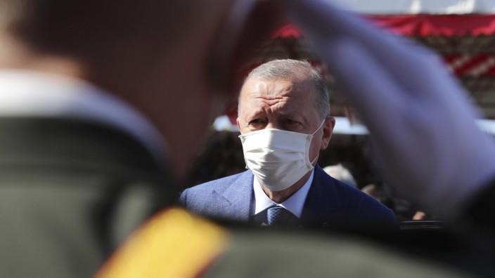 Recep Tayyip Erdoğan bei einer Militärparade in Nikosia, Zypern.