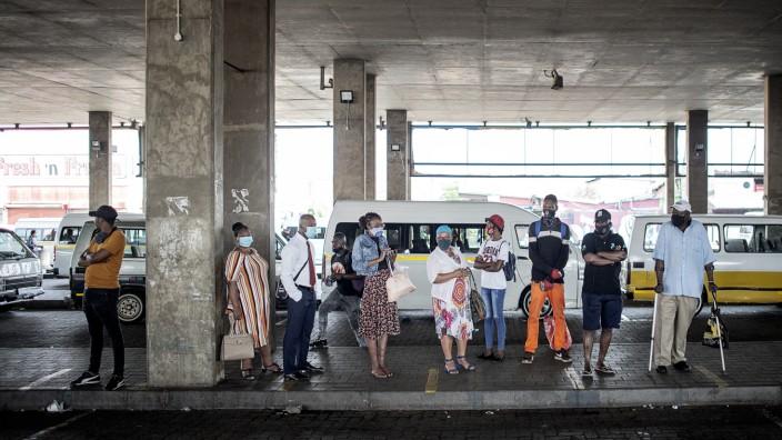 Kapstadt: Taxis sind das wichtigste öffentliche Transportmittel in den Städten Südafrikas. Im Konflikt verfeindeter Verbände sind dieses Jahr in Kapstadt schon 81 Menschen ums Leben gekommen.