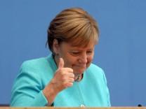 Kanzlerin Merkel stellt sich Fragen der Hauptstadt-Journalisten