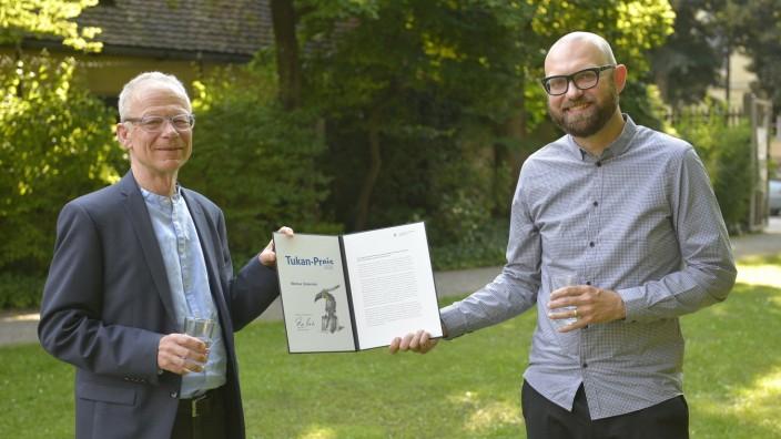 Preisverleihung: Markus Ostermair, hier mit Laudator Clemens Pornschlegel (links), hat am Mittwoch den Tukan-Preis erhalten. Die Feierstunde im Dezember war wegen der Corona-Pandemie ausgefallen.