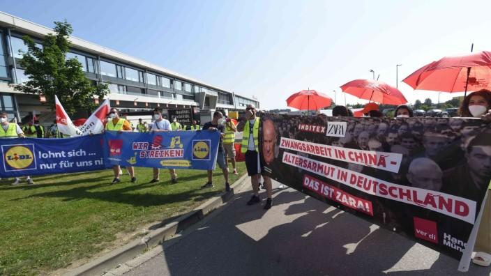Demonstration in Odelzhausen: Mit Lautsprechern, Sirenengeheul und Transparenten machen die Demonstranten ihre Forderungen in Odelzhausen klar. Mit ihrem Marsch unterstützen sie auch die Belegschaft der Firma Hoffmann Group, die bereits seit Ende Mai streikt.