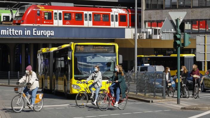 Essen, Nordrhein-Westfalen, Deutschland - Verschiedene Verkehrsmittel in der Innenstadt, Busse, Bahnen, Fahrräder und Au
