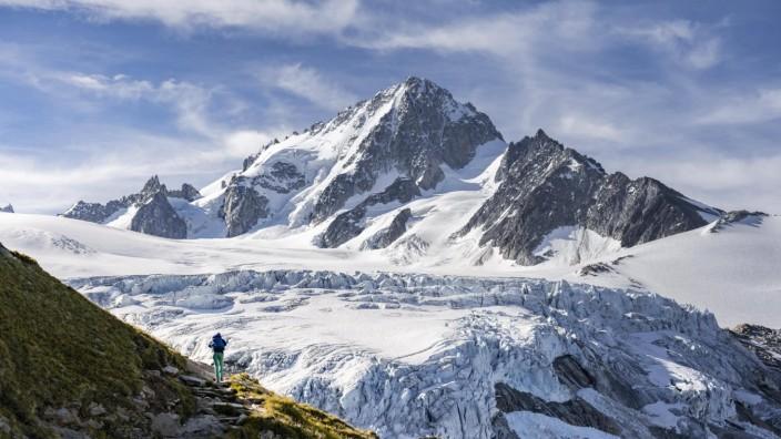 Wanderin auf Wanderweg zum Glacier du Tour, Gletscher und Berggipfel, Hochalpine Landschaft, Aiguille de Chardonnet, Cha