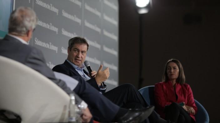 Nachhaltigkeit: Markus Söder auf dem Podium des SZ-Nachhaltigkeitsgipfels, im Gespräch mit Wirtschaftsressortleiter Marc Beise und Alexandra Föderl-Schmid, der stellvertretenden Chefredakteurin.