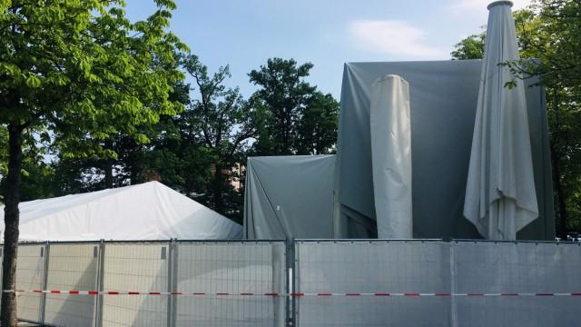 Bayreuther Festspiele: Hinter dem Festspielhaus arbeiten die Leute in einer Zeltstadt - drin wäre es zu eng.