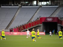 210721 The players kneel ahead of the women s football game between Sweden and USA at the Tokyo 2020 Olympic Games, Oly