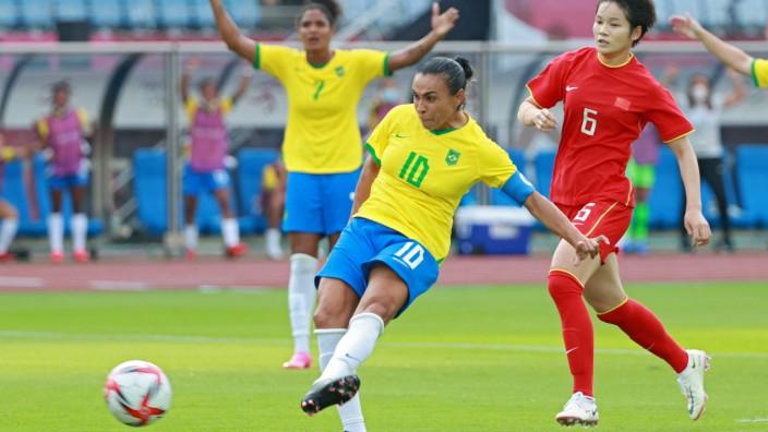 Brasiliens Fußballerin Marta bei Olympia: Historischer Schuss: Brasiliens Marta erzielt gegen China das Führungstor - und hat damit bei fünf Olympischen Spielen getroffen.