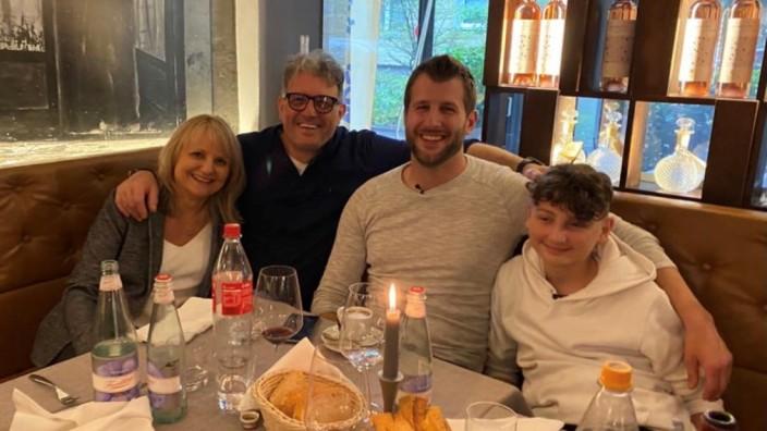 David Pace mit Vater Domenico und Mutter Orsolya und dem Stammzellenspender Peter Schmidt