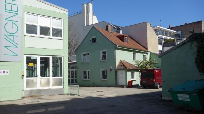 Neuhausen: Grün ist die Hoffnung: Wo bis 2018 Medizingeräte gefertigt wurden, können vielleicht von Herbst an Künstlerinnen und Künstler ihre Arbeitsräume einrichten. Das Anwesen gehört der Firma Euroboden, die an der Stelle aber in gut zwei Jahren mit dem Bau von Wohnungen beginnen will.