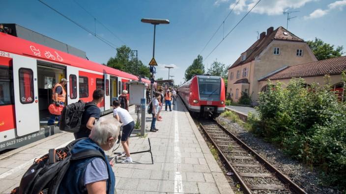Weßling: Das Warten hat bald ein Ende: Der Weßlinger Bahnsteig soll barrierefrei ausgebaut werden und mit Rampe und Aufzug zu erreichen sein.