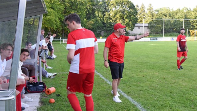 Sport in Fürstenfeldbruck: Weiß, wie das Runde ins Eckige gelangt: Trainer Franco Simon (SCUG).