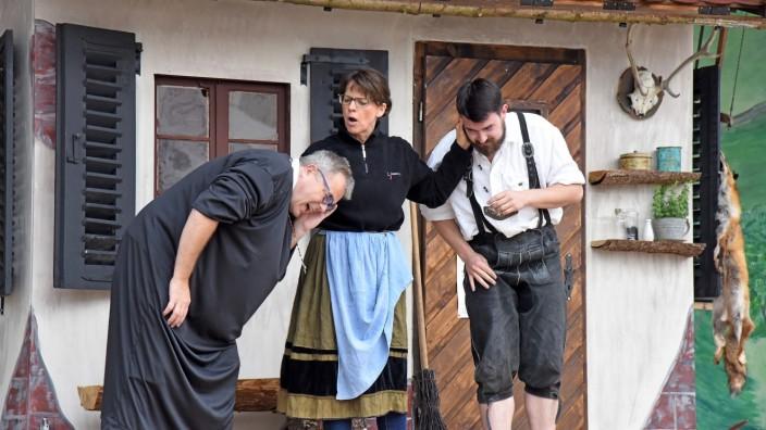 Olching: Dorfhexe Buckl-Walli (Monika Popovits) zieht allen Mannsbildern die Ohren lang. Nicht mal der Pfarrer (Andreas Fischer, links) ist ihr heilig.