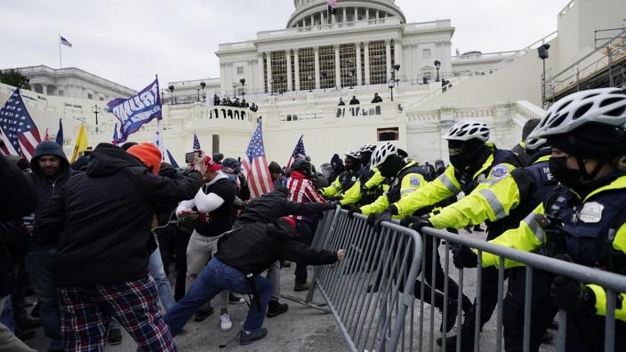 USA: Am 6. Januar 2021 brachen Trump-Anhänger durch Absperrungen der Polizei und verschafften sich gewaltsam Zugang zum US-Kapitol.