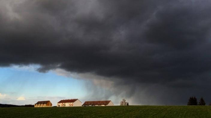 Unwetter und Starkregen: Dunkle Regenwolken bei Dürröhrsdorf in Sachsen