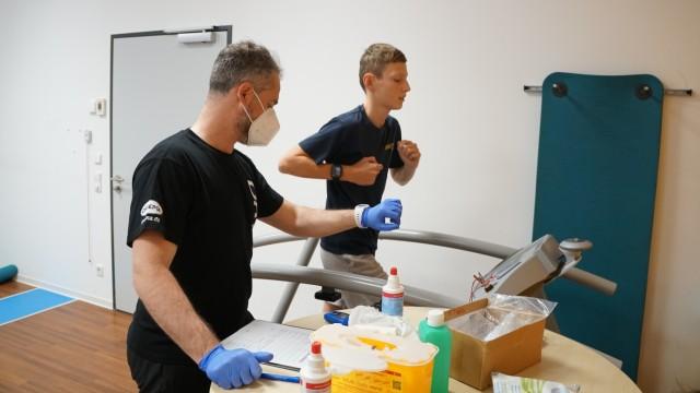 Sport: Harte Arbeit: Max mit einem Physiotherapeuten beim Steigerungslauf. Ziemlich anstrengend, aber nötig.