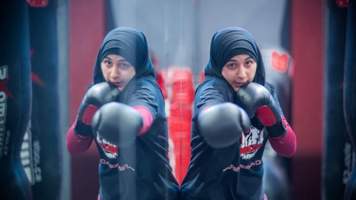 Kampf mit Kopftuch - Muslimas trainieren im Boxring