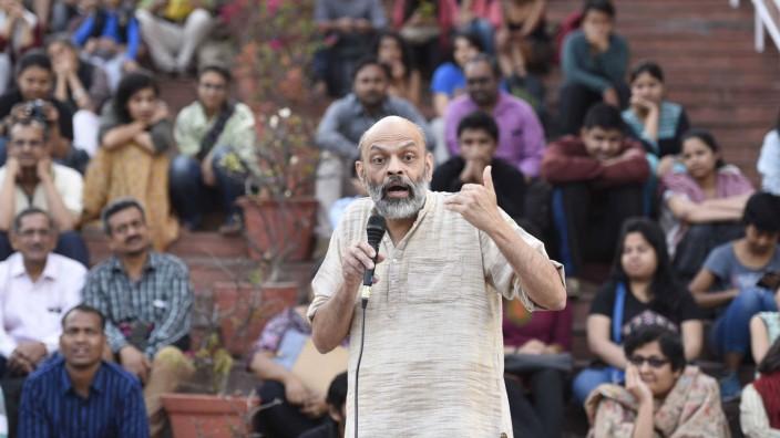 Satyajit Rath, hier bei einer Vorlesung in Delhi, geht davon aus, dass die Pandemie in Indien noch nicht überstanden ist.