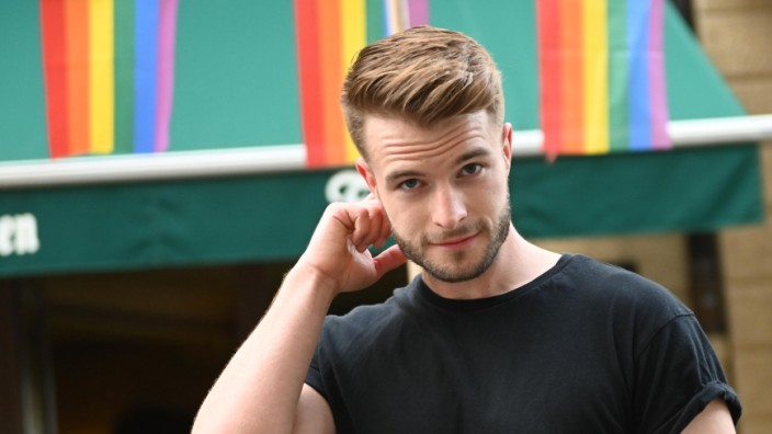 """LGBTQ+: Maximilian Pichlmeier macht im Internet """"queere Aufklärungsarbeit"""", wie er sagt. Er gibt Tipps, er spricht über Vorbehalte gegenüber Schwulen. Sein Account ist aber auch sehr politisch."""