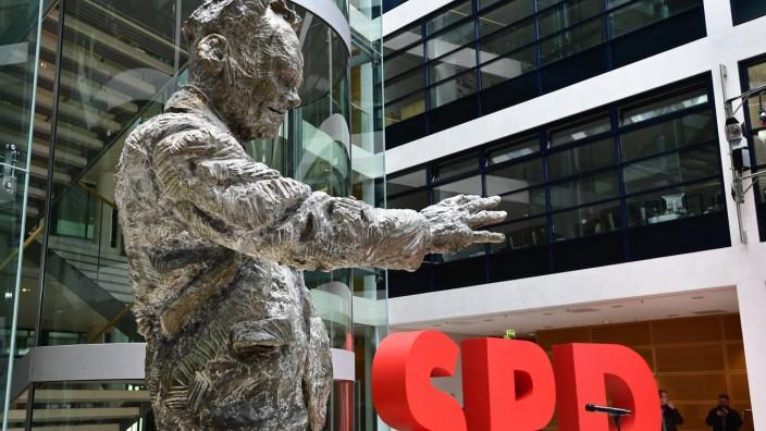 SPD: Überlebensgroß steht das bronzene Willy-Brandt-Denkmal in der Berliner SPD-Zentrale - eine Erinnerung an Zeiten, in denen auch die Partei selbst noch groß war.