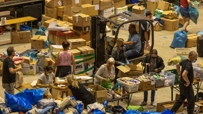 Helfer packen die gelieferten Spenden in gleichgrossen Einheiten auf - Überwältigende Sachspendenaktion der Fluthilfe z