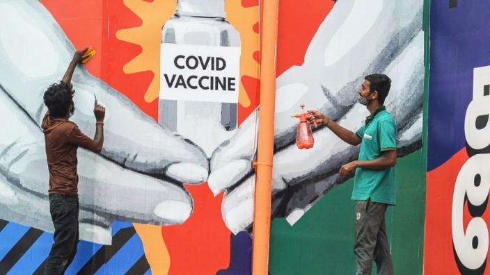 Corona: Ein Wandbild an einem Bahnhof in Chennai, Indien, mahnt zum impfen. Derzeit sind die Corona-Zahlen relativ niedrig, aber das kann sich rasch wieder ändern.