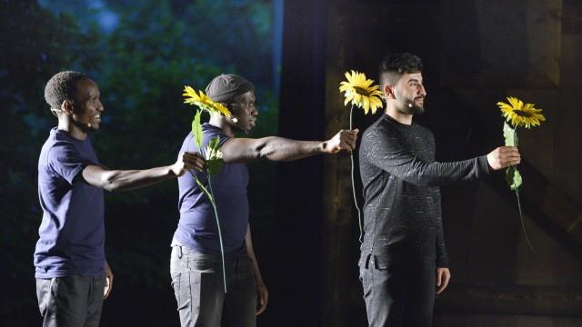 München: Sie wollen nur ankommen, arbeiten und respektiert werden: Die Geflüchteten müssen alle Register ziehen, und sei es mit Sonnenblumen.