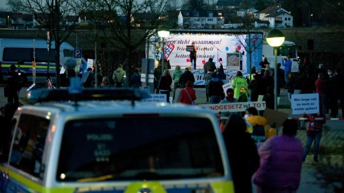 Poing: In Poing wird jede Woche gegen Corona-Maßnahmen demonstriert, wobei die Polizei stets präsent ist.