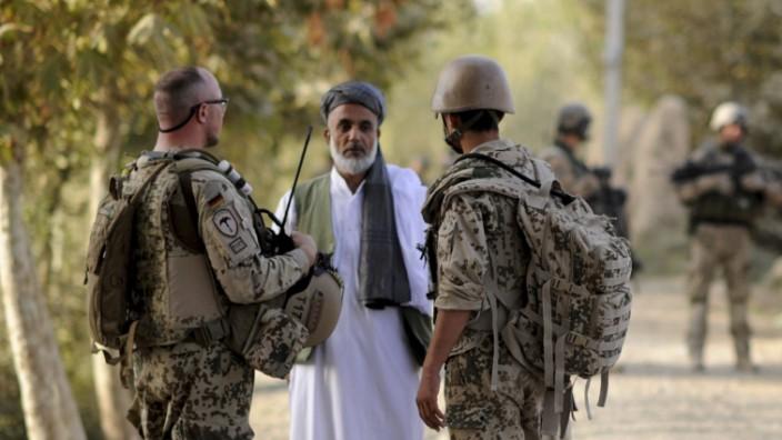 Ein Bundeswehrsoldat (l.) und ein Dolmetscher (r.) 2011 im Einsatz in der Nähe von Kundus, Afghanistan.