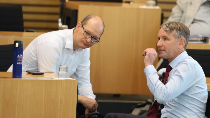 Björn Höcke (r.), Fraktionsvorsitzender der AfD, und Andreas Möller, Landessprecher der Fraktion im Plenarsaal des Thüringer Landtages.