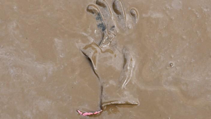 Klimaforscher: HQ100 wird das Hochwasser genannt, das einmal in hundert Jahren eintritt. Und nach dem Wasser bleibt der Schlamm, wie hier bei Dernau.
