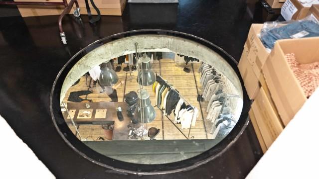 Schmuckstück in Pliening: Im Showroom im Erdgeschoss hängen die Kleider.