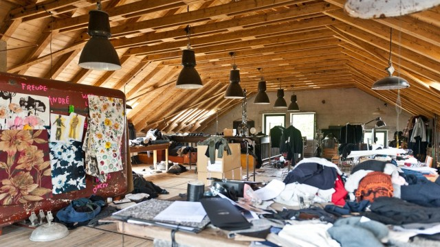 Schmuckstück in Pliening: Wie einst die Kartoffeln der Schnapsbrennerei an der Erdinger Straße, geht das Produkt seinen Weg im Haus: Im Dachgeschoss herrscht kreatives Chaos.