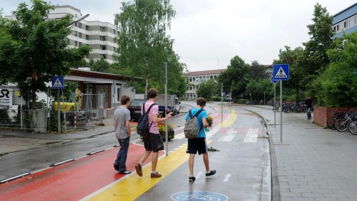 Verkehr in Vaterstetten: Vor zwölf Jahren wurde die Einbahnregelung in der Johann-Strauß-Straße am Gymnasium eingeführt - nun soll sie wieder aufgehoben werden.
