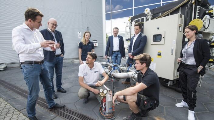 Ausbildung im Landkreis: Trane-Geschäftsführer Thomas Roggenkamp und Azubi Markus Jenner (hockend, von links) erklären ein Schweißgerät.