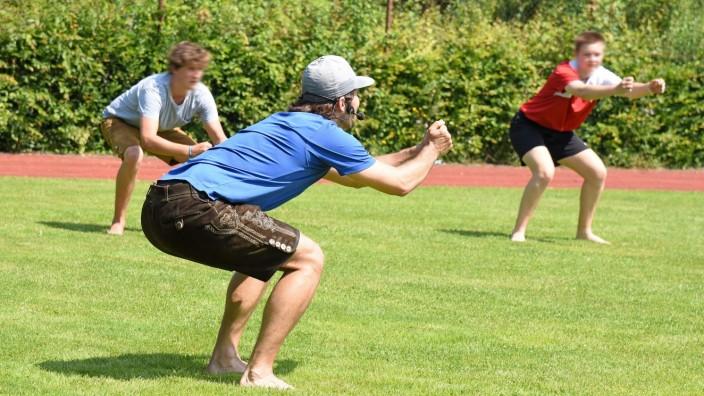 Schule in Germering: Stramme Wadl: Trainer Klaus Reithmeier (im Vordergrund) prüft die Fitness der Max-Born-Gymnasiasten.