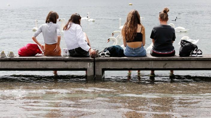 Foto Manuel Geisser 18.07.2021 Zürich : Seepromenade Zürich . Hochwasser , Leute geniessen den Tag an der Uferpromenade