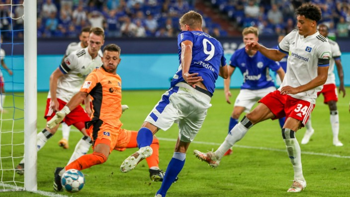 Torwart Daniel Heuer Fernandes (HSV / Hamburger SV / Hamburg, 01) pariert Stoß / Stoss von Simon Terodde (FC Schalke 04,